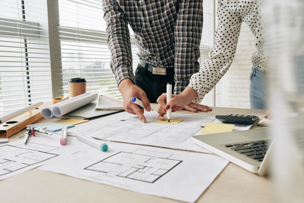 Architectes travaillent sur plan
